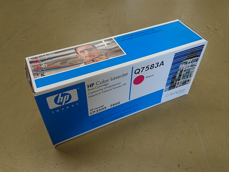 Q7583A Toner in blauer Verpackung